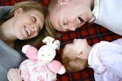 有女婴的白种人父母,户外 库存图片