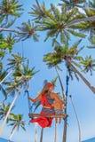 有女婴飞行的母亲高在摇摆的天空 免版税库存照片