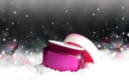 有奶油的塑料化妆容器在雪 免版税图库摄影