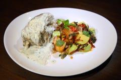 有奶油的熔化牛肉尾巴-莳萝调味汁,一棵辣菜装饰 图库摄影