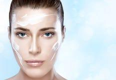有奶油的美丽的温泉女孩在她的面孔 Skincare概念 免版税库存图片