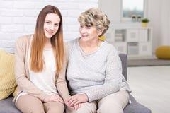 有她心爱的孙女的骄傲的祖母 免版税图库摄影