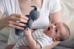 有她新出生的儿子的母亲在手上 免版税图库摄影