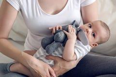 有她新出生的儿子的母亲在手上 库存照片