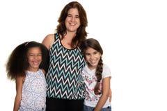 有她的两个混合的族种小女孩的西班牙妈妈 图库摄影