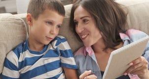有她的儿子文字购物清单的轻松的母亲在笔记薄 影视素材
