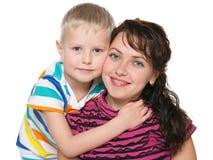 有她的儿子的微笑的母亲 库存图片