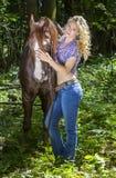 有她的公马的性感的女牛仔 免版税库存图片