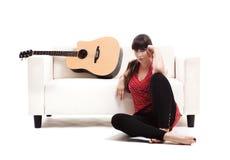 有她的吉他的妇女 免版税库存照片