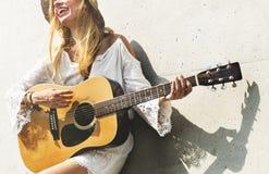 有她的吉他的美丽的歌手歌曲作者 图库摄影