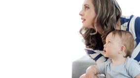 有她的向上凝视对白色backgroun的男孩孩子的母亲 免版税库存图片
