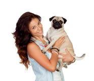 有她的哈巴狗狗的深色的女孩 免版税库存照片