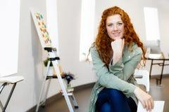 有她的图片的年轻女性艺术家 免版税库存照片