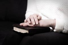 有她的圣经的祈祷的妇女 免版税库存图片