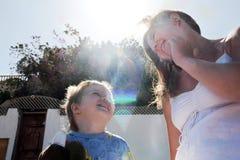 有她的太阳的愉快的母亲 免版税库存照片