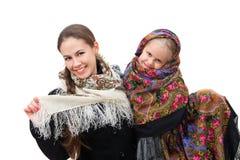 有她的女儿的一个成人母亲俄国方巾的 免版税图库摄影