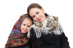 有她的女儿的一个母亲穿俄国方巾 库存图片