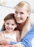 有她的女儿的兴高采烈的妈咪 库存图片