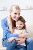 有她的女儿的兴高采烈的妈咪 库存照片