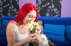 有她的女儿的愉快的妈妈 免版税库存图片