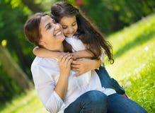 有她的女儿的愉快的年轻母亲 库存照片