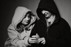 有她的女儿的无家可归的母亲 免版税库存照片