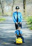 有她的女儿的警察妇女 免版税图库摄影