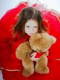 有她的女用连杉衬裤熊玩具朋友的逗人喜爱的小女孩 免版税库存图片