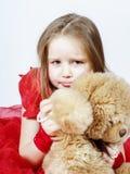 有她的女用连杉衬裤熊玩具朋友的逗人喜爱的小女孩 库存图片