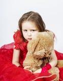 有她的女用连杉衬裤熊玩具朋友的逗人喜爱的小女孩 免版税图库摄影