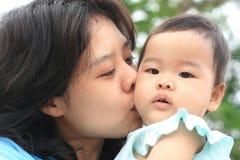 有她的妈妈的亚裔女婴 库存照片