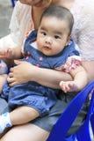 有她的妈妈的亚裔女婴 库存图片
