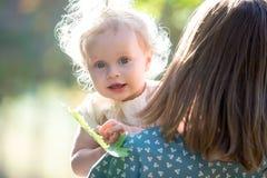 有她的妈妈的小孩女孩 免版税库存图片