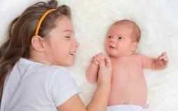 有她的姐妹的婴孩 库存图片