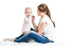 有她的婴孩的爱恋的母亲 免版税库存图片