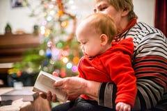 有她的婴孩的祖母 免版税库存照片