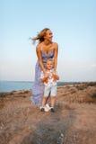 有她的孩子的一位惊人的女性在自然本底 愉快的系列一起 母性和童年 库存照片