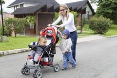 有她的孩子的可爱的母亲 免版税库存图片