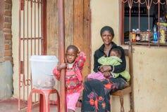 有她的孩子的妇女在赞比亚 库存图片