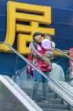 有她的孩子的时髦的女人Livat商城的,北京,中国 免版税图库摄影