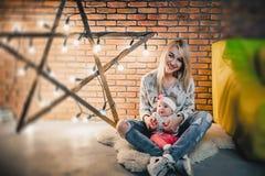 有她的孩子的母亲一个星的背景的与电灯泡的 免版税库存照片