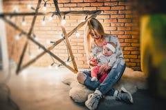有她的孩子的母亲一个星的背景的与电灯泡的 免版税图库摄影