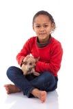 有她的宠物的非裔美国人的小女孩 库存图片