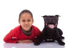 有她的宠物的非裔美国人的小女孩 库存照片