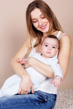 有她的小儿子的愉快的年轻母亲 库存图片