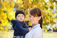 有她的小儿子的母亲 图库摄影
