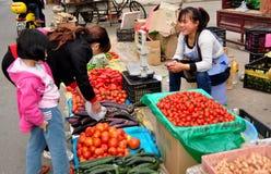 彭州,中国: 妇女购物在市场上 图库摄影