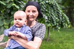 有她的小孙子的愉快的祖母 库存照片