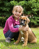 有她的小狗的愉快的女孩 免版税库存照片