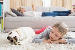 有她的小狗的愉快的小女孩 免版税库存图片